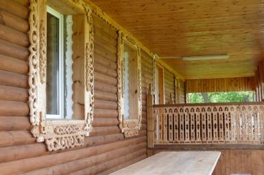 Дом украшен интерестной резьбой