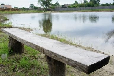У искуственного озера